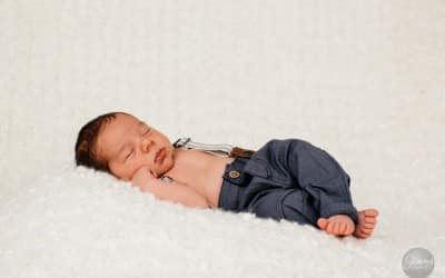 Nyfødtfotografering av en liten prins